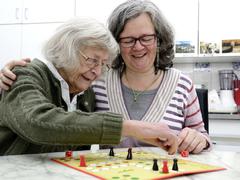 Bewohner mit und ohne Demenz beschäftigen